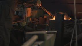 Εργασίες σιδηρουργών στο εργαστήριό του απόθεμα βίντεο