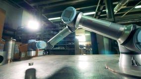 Εργασίες συσκευών εγκαταστάσεων με το μικρό εργαλείο σε μια δυνατότητα απόθεμα βίντεο