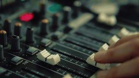 Εργασίες του DJ για την κονσόλα του DJ απόθεμα βίντεο