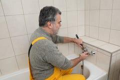 Εργασίες υδραυλικών σε έναν καθορισμό στροφίγγων λουτρών λουτρών toob Στοκ φωτογραφία με δικαίωμα ελεύθερης χρήσης