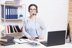 Εργασίες χειριστών τηλεφωνικών κέντρων για τα ακουστικά υπολογιστών στοκ φωτογραφία με δικαίωμα ελεύθερης χρήσης