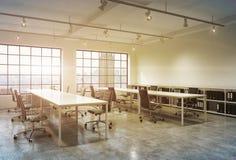 Εργασιακοί χώροι σε ένα φωτεινό γραφείο ανοιχτού χώρου σοφιτών ηλιοβασιλέματος Στοκ φωτογραφία με δικαίωμα ελεύθερης χρήσης