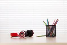 Εργασιακός χώρος γραφείων γραφείων με τα ακουστικά και τα μολύβια Στοκ φωτογραφίες με δικαίωμα ελεύθερης χρήσης