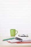 Εργασιακός χώρος γραφείων γραφείων με τις προμήθειες Στοκ Φωτογραφίες