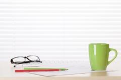 Εργασιακός χώρος γραφείων γραφείων με τις προμήθειες Στοκ φωτογραφία με δικαίωμα ελεύθερης χρήσης