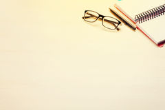 Εργασιακός χώρος γραφείων γραφείων με το σημειωματάριο και τα γυαλιά Στοκ Εικόνες