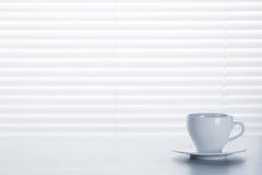 Εργασιακός χώρος γραφείων γραφείων με το φλυτζάνι καφέ Στοκ εικόνες με δικαίωμα ελεύθερης χρήσης