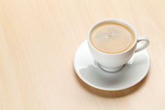 Εργασιακός χώρος γραφείων γραφείων με το φλυτζάνι καφέ Στοκ φωτογραφίες με δικαίωμα ελεύθερης χρήσης
