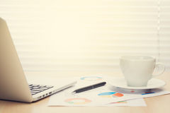 Εργασιακός χώρος γραφείων γραφείων με το lap-top και τον καφέ Στοκ εικόνες με δικαίωμα ελεύθερης χρήσης