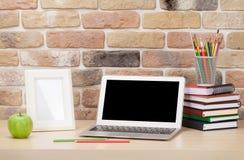 Εργασιακός χώρος γραφείων γραφείων με το lap-top Στοκ Εικόνες