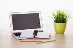 Εργασιακός χώρος γραφείων γραφείων με το lap-top Στοκ Φωτογραφίες