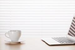 Εργασιακός χώρος γραφείων με με το φλυτζάνι lap-top και καφέ Στοκ εικόνα με δικαίωμα ελεύθερης χρήσης