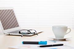 Εργασιακός χώρος γραφείων με με το lap-top και τον καφέ Στοκ φωτογραφίες με δικαίωμα ελεύθερης χρήσης