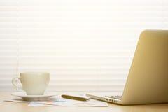 Εργασιακός χώρος γραφείων με με το lap-top και τον καφέ Στοκ Φωτογραφία