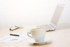 Εργασιακός χώρος γραφείων με με το lap-top και τον καφέ Στοκ εικόνες με δικαίωμα ελεύθερης χρήσης