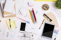 Εργασιακός χώρος γραφείων με τις ηλεκτρονικές συσκευές Στοκ εικόνες με δικαίωμα ελεύθερης χρήσης