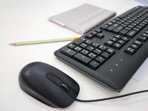Εργασιακός χώρος γραφείων με τον υπολογιστή, το μολύβι και το σημειωματάριο Στοκ Φωτογραφίες