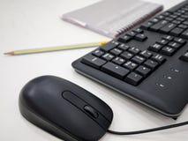 Εργασιακός χώρος γραφείων με τον υπολογιστή, το μολύβι και το σημειωματάριο Στοκ Φωτογραφία