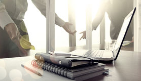Εργασιακός χώρος γραφείων με το κενό lap-top οθόνης και το έξυπνο τηλέφωνο Στοκ εικόνες με δικαίωμα ελεύθερης χρήσης