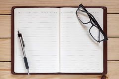 Εργασιακός χώρος γραφείων με το σημειωματάριο Στοκ εικόνα με δικαίωμα ελεύθερης χρήσης
