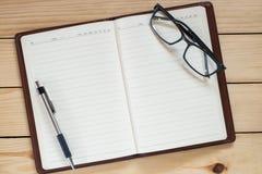 Εργασιακός χώρος γραφείων με το σημειωματάριο Στοκ εικόνες με δικαίωμα ελεύθερης χρήσης