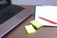 Εργασιακός χώρος γραφείων με το lap-top, έξυπνο τηλέφωνο στον πίνακα Στοκ φωτογραφία με δικαίωμα ελεύθερης χρήσης