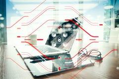 Εργασιακός χώρος γραφείων με το lap-top και έξυπνο τηλέφωνο στον ξύλινο πίνακα με Στοκ Φωτογραφίες