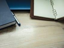 Εργασιακός χώρος γραφείων με το lap-top, το σημειωματάριο, το τηλέφωνο και τη μάνδρα στον ξύλινο πίνακα Στοκ φωτογραφίες με δικαίωμα ελεύθερης χρήσης