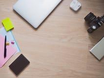 Εργασιακός χώρος με τη κάμερα φωτογραφιών και το smartphone και τις φωτεινές μάνδρες Στοκ Εικόνα
