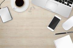 Εργασιακός χώρος με τη συσκευή τεχνολογίας Στοκ Εικόνες