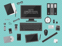 Εργασιακός χώρος με τις συσκευές υπολογιστών Στοκ εικόνα με δικαίωμα ελεύθερης χρήσης