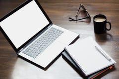 Εργασιακός χώρος με το ανοικτό lap-top, εξάρτημα στον πίνακα γραφείων Τοπ διάστημα άποψης και αντιγράφων στοκ φωτογραφία