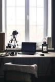 Εργασιακός χώρος με το ανοικτό lap-top με τη μαύρη οθόνη στο σύγχρονο ξύλινο γραφείο στοκ εικόνες