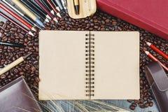 Εργασιακός χώρος με το σημειωματάριο και τον καφέ Στοκ φωτογραφίες με δικαίωμα ελεύθερης χρήσης