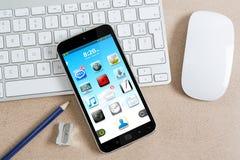 Εργασιακός χώρος με το σύγχρονο κινητό τηλέφωνο Στοκ εικόνα με δικαίωμα ελεύθερης χρήσης