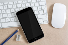 Εργασιακός χώρος με το σύγχρονο κινητό τηλέφωνο Στοκ Εικόνα