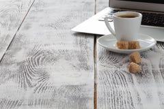 Εργασιακός χώρος με το lap-top και coffeecup στο λευκό Στοκ φωτογραφία με δικαίωμα ελεύθερης χρήσης
