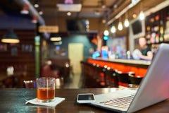 Εργασιακός χώρος στο μπαρ στοκ εικόνα
