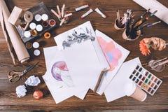 Εργασιακός χώρος σχεδιαστών με τα σκίτσα και τα χρώματα Στοκ εικόνα με δικαίωμα ελεύθερης χρήσης