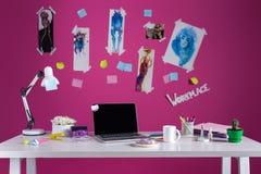 Εργασιακός χώρος σχεδιαστών μόδας με τα σκίτσα και το lap-top Στοκ Φωτογραφία