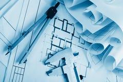 Εργασιακός χώρος του αρχιτέκτονα - αρχιτεκτονικό πρόγραμμα, σχεδιαγράμματα, ρόλοι και ταμπλέτα, μάνδρα, πυξίδα διαιρετών στα σχέδ Στοκ εικόνα με δικαίωμα ελεύθερης χρήσης