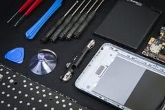 Εργασιακός χώρος του επισκευαστή με το αποσυντεθειμένο smartphone Στοκ Εικόνες