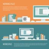 Εργασιακός χώρος freelancer με το γραφείο, τον υπολογιστή, τα ράφια και τον εξοπλισμό Απεικόνιση αποθεμάτων