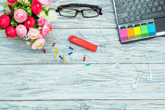 Εργασιακός χώρος: lap-top, γυαλιά και λουλούδια Στοκ Εικόνα