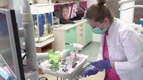 Εργασιακό περιβάλλον στο οδοντικό γραφείο απόθεμα βίντεο