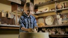 Εργαστήριο αγγειοπλαστικής Ένα μικρό κορίτσι κάνει ένα βάζο του αργίλου φιλμ μικρού μήκους