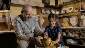 Εργαστήριο αγγειοπλαστικής Το Grandpa διδάσκει την αγγειοπλαστική εγγονών απόθεμα βίντεο