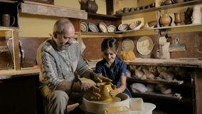 Εργαστήριο αγγειοπλαστικής Το Grandpa διδάσκει την αγγειοπλαστική εγγονών φιλμ μικρού μήκους