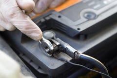 Εργαστήριο αυτοκινήτων ανυψωμένη υπηρεσία αντικατάστασης πετρελαίου αυτοκινήτων κύπελλων ανελκυστήρας Ο μηχανικός ξεβιδώνει το συ Στοκ φωτογραφίες με δικαίωμα ελεύθερης χρήσης