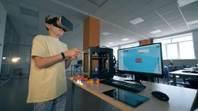Εργαστήριο επιστήμης με ένα αγόρι που παίζει στα γυαλιά εικονικής πραγματικότητας Φουτουριστική έννοια εκπαίδευσης
